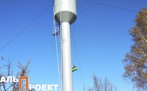 окраска водонапорной башни при помощи компрессора